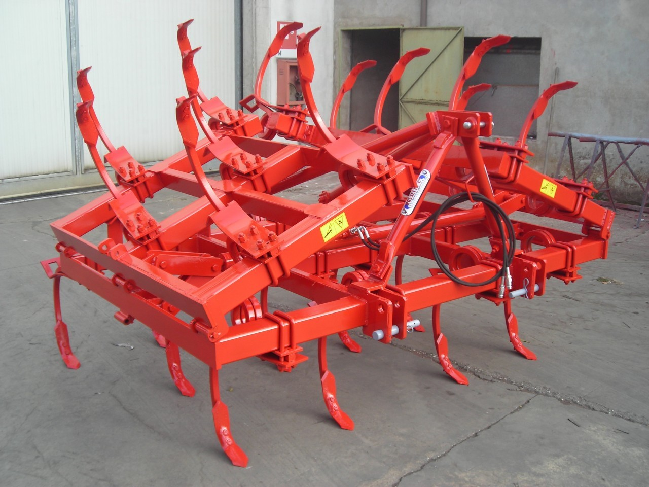 three rows cultivator with 25 vibrating square anchors sec. 30