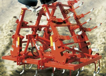 Three rows cultivator with 29 vibrating square anchors